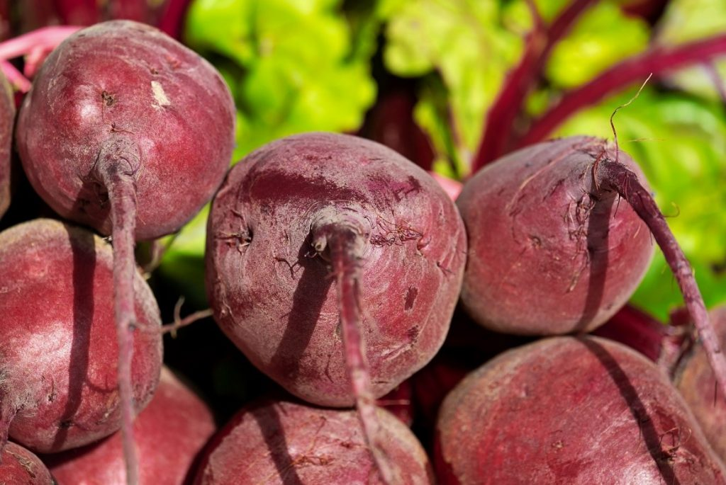 Pile of raw, whole beets.